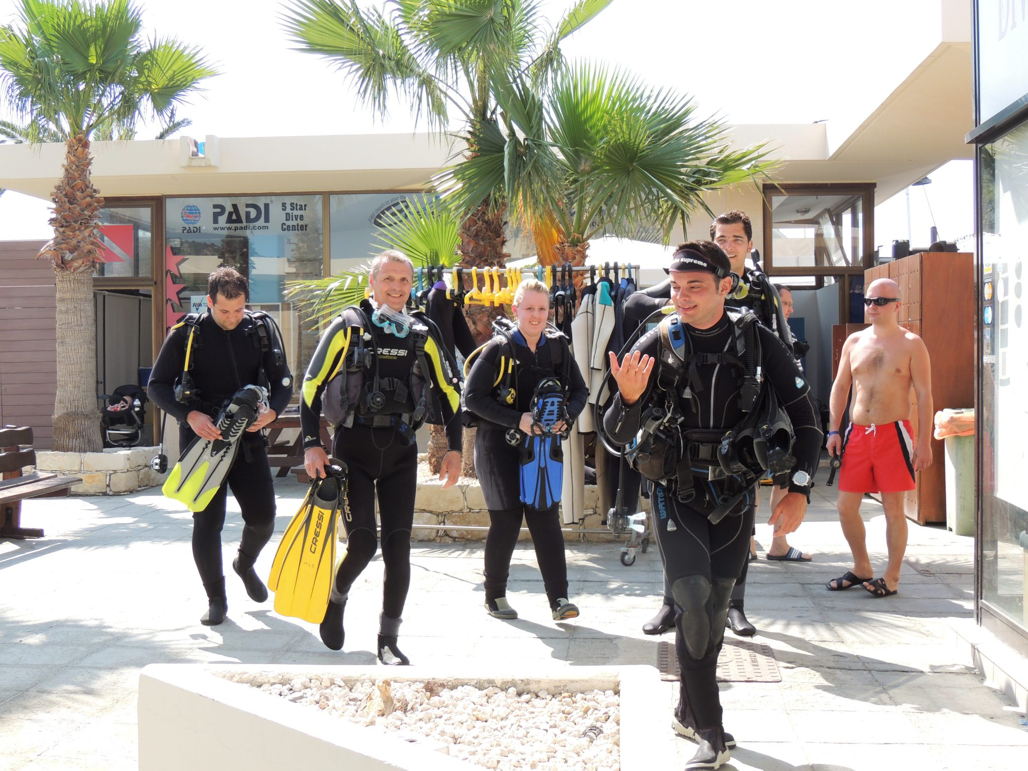 Teaching in action, PADI Recreational Courses, to the sea, PADI Go Pro, ready to dive